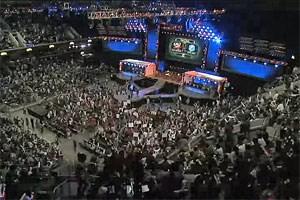 """Was ist """"League of Legends""""?""""League of Legends"""", kurz """"LoL"""", ist ein Online-Multiplayer-Spiel, dessen klassisches Spielprinzip auf der """"WarCraft 3""""-Modifikation """"Defense of the Ancients"""" beruht. Jeder Spieler zieht mit einer besonderen Einheit, einen Champion, in den Kampf. Je zwei Teams aus drei oder fünf Spielern treten gegeneinander an. Ziel beider Teams ist es, ein feindliches Hauptgebäude, den Nexus, zu zerstören und damit das Spiel zu gewinnen. Der Nexus wird dabei vom gegnerischen Team sowie von computergesteuerten Einheiten und Türmen verteidigt. Der alternative Spielmodus """"Dominion"""" sieht vor, dass die Teams einander Lebenspunkte abnehmen, indem man mehr Kontrollpunkte als der Gegner beherrscht oder einen Champion des anderen Teams tötet. Das Team, das zuerst keine Punkte mehr besitzt, verliert. """"League of Legends"""" ist kostenlos verfügbar. Einnahmen werden nach dem Free2Play-Geschäftsmodell generiert, wonach der Hersteller optionale Spielgegenstände wie Kostüme und Helden verkauft. Bei """"LoL"""" wird jedoch darauf geachtet, dass man sich keinen Spielvorteil erkaufen kann."""