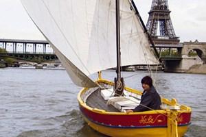 Mit dem Segelboot steuert die Filmemacherin Agnès Varda die Stationen ihres Lebens an.
