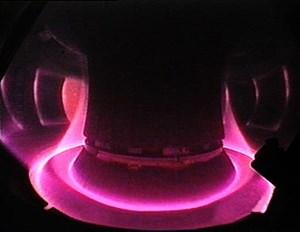Blick in das viele Millionen Grad heiße Plasma der Fusionsanlage ASDEX Upgrade in Garching. Der Plasmarand wird auf die speziell ausgerüsteten Divertor-Platten am Boden gelenkt.