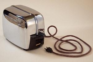 """Installation mit """"Problemware"""" von Mel Chin: Der Toaster verweigert sich darin ebenso wie seine Küchenkollegen aus den 1950erJahren."""