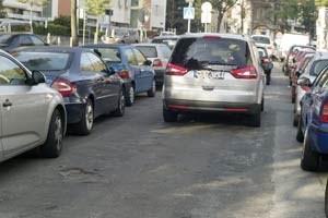 Intensives Parkplatzsuchen in Ottakring könnte sich ab Jänner 2013 woanders abspielen. Der Bezirk will mit 1. Jänner die Zone weiter in Richtung Stadtrand ausdehnen.