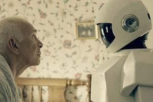 Bald schon wird sich das ungleiche Paar auf den Weg machen: Frank Langella als Frank und Rachael Ma, die in einem Roboteranzug das humanoide Helferlein VGC-60L gibt.