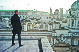 """Am 5. Oktober 1962 feierte """"James Bond jagt Dr. No"""" Premiere. Zum Fünfziger der Filmreihe macht """"Skyfall"""" London ein touristisch wertvolles Geschenk: Bond-Darsteller Daniel Craig wirft einen Panoramablick auf sein britisches Hauptquartier."""