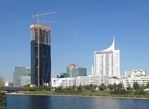 """Unten ein Hotel, in der Mitte Büros, ganz oben Wohnungen, ein Restaurant, eine Skybar: der """"DC Tower 1"""" wird ein regelrechter Mehrzweckturm."""