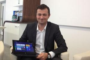 Stefan Sennebogen mit Windows-8-Rechner.