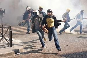 Jugend in Aufruhr im Gefolge des Mai 68: Christine (Lola Créton, Mi.) beim Straßenkampf mit der Sicherheitspolizei.