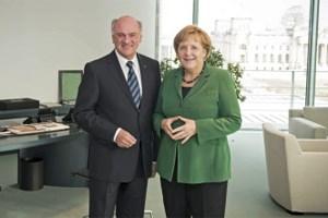 Grund zur Freude für die deutsche Kanzlerin Angela Merkel: Der niederösterreichische Landeshauptmann Erwin Pröll machte ihr in ihrem Büro in Berlin seine Aufwartung.