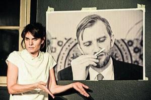 """Vermeidet jede Schwere: Birgit Stöger mit Erinnerungsfotos im Solo """"Eine unverheiratete Frau""""."""