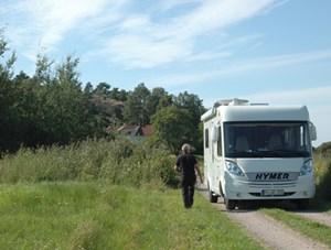 Man fährt mit Zelt oder Wohnwagen los. Campingplatz bedeutet hier meist dreierlei. Zelt - groß oder klein, Wohnmobil - riesig schon eher als klein oder Hütte.
