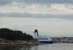 Ein Schiff wird kommen - im Hintergrund das Städchen Strömstad.