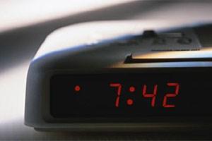 Die meisten jungen Menschen haben das Bedürfnis, morgens länger zu schlafen.