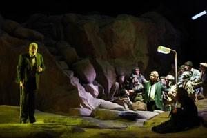 """Die """"Parsifal""""-Zeitreise:Regisseur Philipp Stölzel schickt Wagner-Figuren durch diverse Epochen. Auchdie Gegenwart ist dabei."""