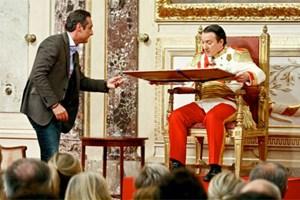 """Auch Politiker kommen gern zum Kaiser: FPÖ-Chef Heinz-Christian Strache wurde 2010 von Seiner Majestät, Robert Heinrich I. (Robert Palfrader), in der ORF-Show """"Wir sind Kaiser"""" empfangen."""