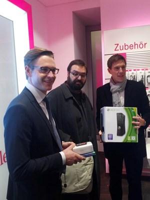 Der weltweit erste Käufer eines Windows Phone 8 Gerätes (Mitte). Rechts im Bild: T-Mobile Marktingchef Thomas Kicker. Links: Peter Hochleitner von Microsoft Österreich