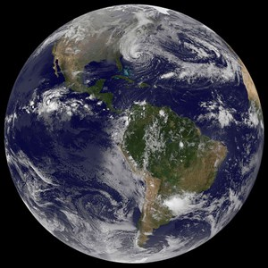 Garantiert echt sind hingegen die Aufnahmen aus dem Weltall, die NASA und NOAA anbieten.