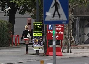 Scheibchenweise verkleinert sich der Straßenstrich in Wien. Im Prater darf seit Juni nur noch in der Nacht angeschafft werden, die Polizei kontrolliert scharf.
