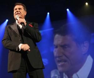 """Als Entertainer zieht Udo Jürgens alle Gefühlsregister - seit Februar tourt er mit seiner aktuellen Show """"Der ganz normale Wahnsinn"""" bereits durch die Lande."""