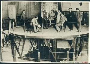 Im Österreichischen Theatermuseum sieht man zurzeit Frederick Kieslers innovative Ideen bezüglich der Möglichkeiten, die Raumsituation des Theaters unkonventionell zu denken.