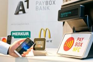 Mit NFC können User eines Smartphones ohne Bares oder Karte bezahlen. Die nötigen Daten werden über die im Handy eingebaute Funktechnik NFC (Near Field Communication) an ein spezielles Lesegerät an der Kasse übertragen.