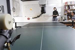 Forscher der TU Darmstadt und des Max-Planck-Instituts für Intelligente Systeme haben einen Tischtennis spielenden Roboter entwickelt, die seine Bewegungen beim Menschen abschaut und sich dann selbständig verbessert.