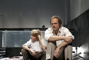 """Die Welt befindet sich am Abgrund. Dort angesiedelt ist Andreij Tarkowskijs Stück """"Das Opfer"""", in der Garage X überzeugend auf die Bühne gebracht."""