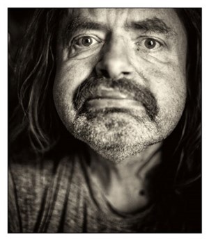 Ex-Late-Night-Talker Hermes Phettberg ist nicht gewillt, in der Mitte der Gesellschaft sein Leben aufzugeben. Eine Fotoausstellung dokumentiert das.