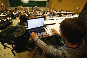Heute haben viele Studenten den eigenen Laptop mit im Hörsaal.