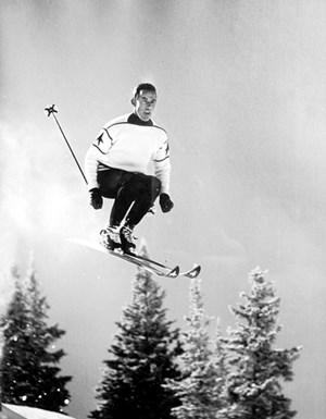 """An den Siegen wie jenem des Olympiasiegers von Squaw Valley, Ernst Hinterseer, gesundete das angeschlagene Selbstbewusstsein der Nation. Verdrängung fand statt und sorgte für ein brüchiges Fundament, aus dem sich nachfolgende Ereignisse erklären. Teil eins der Zeitgeschichte-Doku """"Jahrzehnte in Rot-Weiß-Rot"""" über die 1950er-Jahre: Donnerstag, 21.05 Uhr, ORF 2."""
