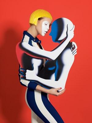 Angelehnt an ein Bild von Mark Kostabi. Jumpsuit von Marni. (Foto: Bela Borsodi / Styling: Sabina Schreder)