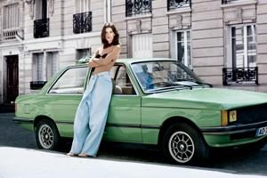 """Gestylt wurde sie von der in New York lebenden Österreicherin Sabina Schreder, die auch das Styling unserer Modestrecke """"Die nackten Beine der Kunst"""" verantwortete."""