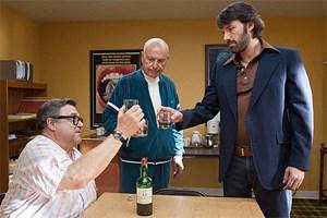 """Ein Toast für einen Film, den es nie geben wird: CIA-Agent Mendez (Ben Affleck, v. re.) und Hollywood-Profis Siegel (Alan Arkin) und Chambers (John Goodman) in """"Argo""""."""