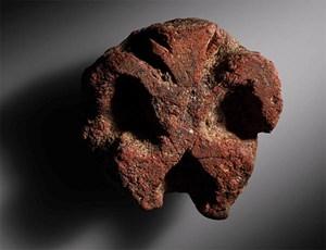 Archäologen entdeckten in der ältesten ausgegrabenen Siedlung aus dem 7. Jahrtausend unserer Zeitrechnung diese Figur aus Ton, die sowohl Mensch als auch Gottheit symbolisieren könnte.
