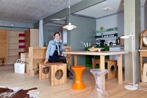 Hotelbesitzerin Evelyn Ikrath in einer ihrer vielen Wohnstationen: Hotelzimmer Nummer 50 zwischen Schwimmbad und Restaurant.