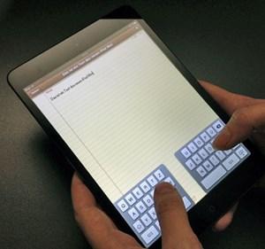 Mit Split-Screen-Tastatur kann man sowohl im Hochformat-Modus ...