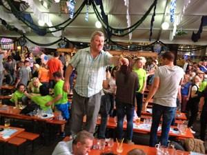 Nach dem Laufevent verschlug es viele Teilnehmer in die Bierzelte am Ballermann, um mit Nichtläufern auf den Tischen zu tanzen.