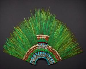 Aztekischer Federkopfschmuck aus dem frühen 16. Jahrhundert. Die Federn stammen von Quetzal, Azurkotinga, Rosalöffler und Cayenne-Fuchskuckuck. Die übrigen Materialien sind Holz, Fasern, Amatepapier, Baumwolle, Gold und Bronze.