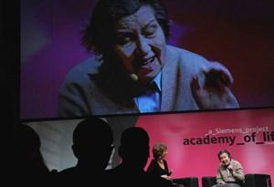 """Unerschrocken und unermüdlich engagiert sich Ute Bock für die Schwächsten der Gesellschaft. Bei der """"Siemens Academy of Life"""" erklärte sie im Gespräch mit Barbara Rett, warum sie nicht anders kann."""