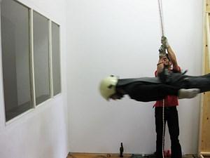"""Die Performance im Kunstraum bb15 schuf den einzigen Zugang zur Ausstellung im Durchbrechen des Fensters: """"Stairway to content"""" (2009) von Nikos Arvanitis, Jakob Dietrich und Kai Maier-Rothe."""