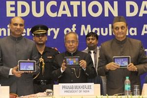 Präsident Shri Pranab Mukherjee zeigt das Aakash 2.0.
