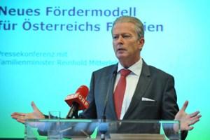 Wirtschaftsminister Reinhold Mitterlehner will mit SPÖ die Familienbeihilfe neu verhandeln.
