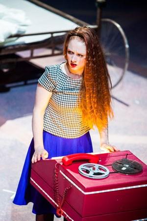 """Eine von vielen, die am unglücklichen Verliebtsein leidet: Schauspielerin Pepa (Pia Luise Händler) in """"Frauen am Rande des Nervenzusammenbruchs"""" am Schauspielhaus Graz."""