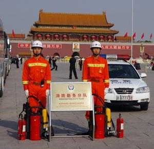 Zur Schau gestellte Macht mit makabrem Anstrich: Mobile Feuerwehrteams stehen für den Fall von Selbstverbrennungen am Platz des Himmlischen Friedens bereit.