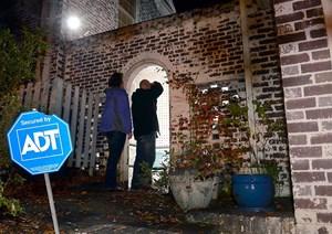 FBI-Ermittler vor dem Haus von Paula Broadwell in Charlotte.