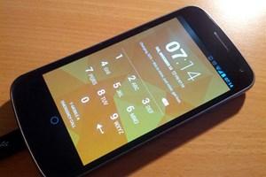 Android 4.2 auf einem Galaxy Nexus. Im Bild der Lock Screen, der nicht nur optisch leicht umgestaltet wurde, an dieser Stelle können nun auch ausgewählte Widgets platziert werden.