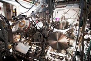 An der Linac Coherent Light Source (LCLS) des US-Forschungszentrums SLAC in Kalifornien haben die Wissenschafter Xenon-Atome mit einem Röntgen-Laser beschossen. Der dabei beobachtete Ionisations-Effekt ist rechnerisch eigentlich unmöglich.