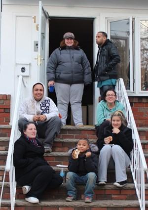 Gute Miene zum bösen Spiel: Überall in Staten Island sitzen Familien vor ihren Häusern und winken den Vorbeikommenden. Seit das Wasser in ihre Häuser eingedrungen ist, kriecht ihnen die Kälte bis ins Gebein und es stinkt nach Schlamm.
