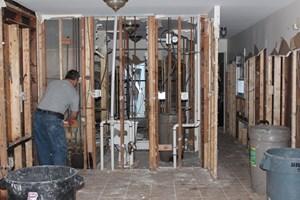 Manche Hausbesitzer haben bereits mit der Renovierung ihrer verwüsteten Häuser begonnen.