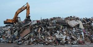 ... und mit den anderen Trümmern auf einen der riesigen Müllhaufen verfrachtet.