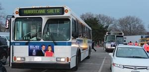 Die neuen Obdachlosen werden mit Bussen in Zeltlager und Highschools gebracht.