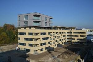 """Erstes zumindest nach außen hin fertiges Gebäude in der """"Langen Allee"""" ist das Passivhaus der """"Neuen Heimat OÖ"""" mit 41 Mietwohnungen, das ..."""